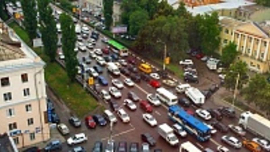Дождь и неработающие светофоры поставили воронежцев в пробки (ФОТО)
