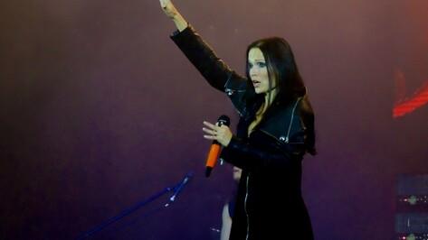 Финская певица Тарья Турунен в Воронеже показала синяки от падения на льду