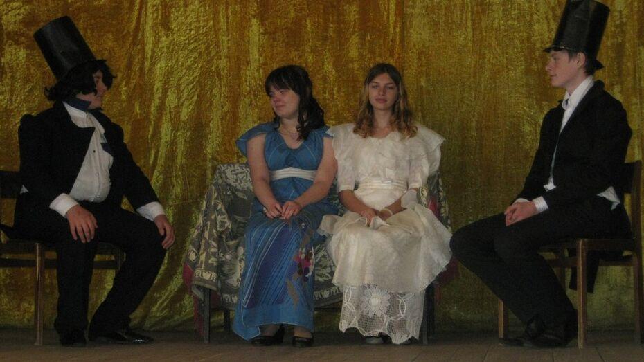 Верхнемамонские школьники поставили на сцене сельского Дома культуры спектакль «Евгений Онегин»