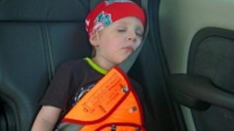 Лискинские полицейские раздали местным водителям более 100 памяток о том, как перевозить в машинах детей