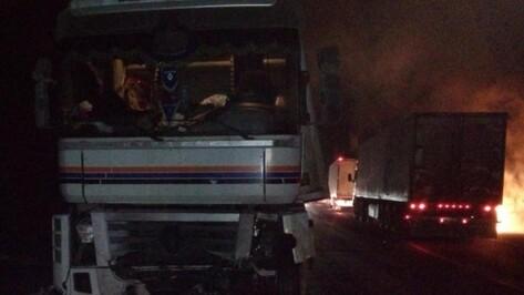 В Воронежской области в массовом ДТП с пожаром пострадали двое парней