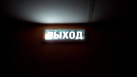 Жители района Воронежа временно остались без света из-за сорванной ветром крыши