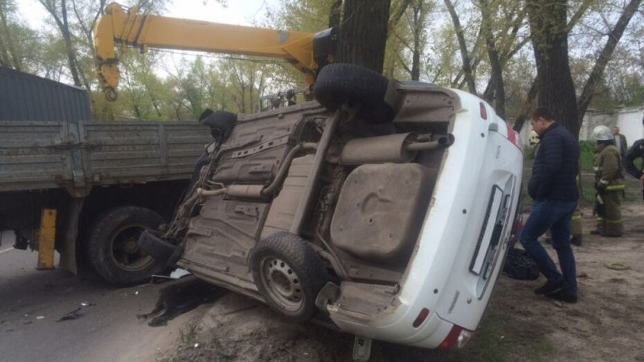 В Воронеже женщина и подросток пострадали в перевернувшейся «Ладе»