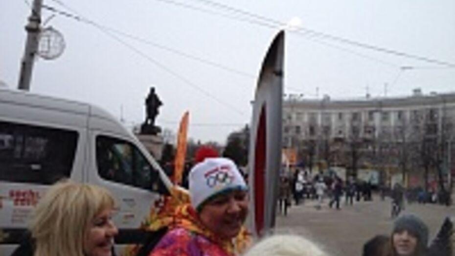 Ирина Макогонова дала воронежцам подержать олимпийский факел (ВИДЕО)
