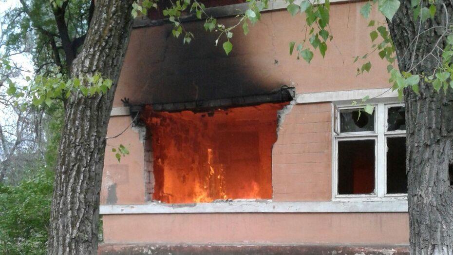 В Воронеже в заброшенном доме на улице Ленинградская сгорел мусор