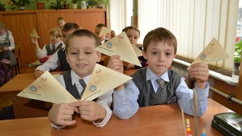 Рамонские первоклассники научились делать фронтовые конверты-треугольники