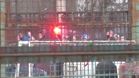 Воронежские фанаты устроили шествие вокруг липецкого стадиона (ВИДЕО)