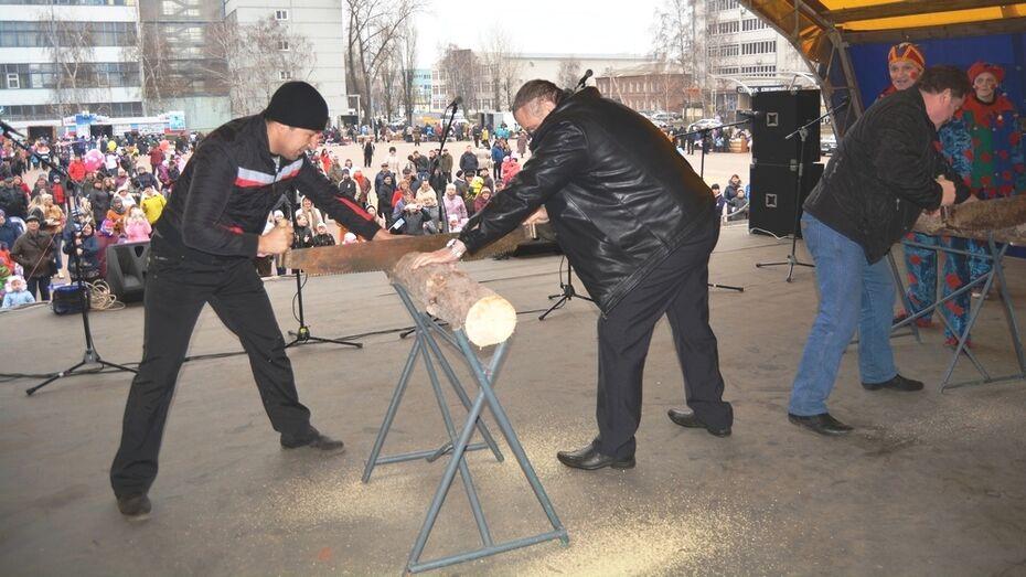 Россошанцы на Масленицу пилили дрова и поднимали гири