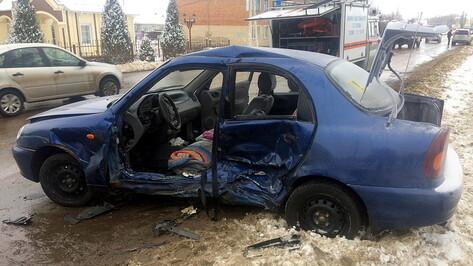 Один погиб и двое пострадали при столкновении минивэна и легковушки в Воронежской области