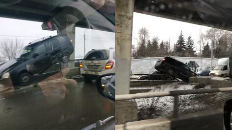 В Воронеже после ДТП легковушка повисла на ограждении Северного моста