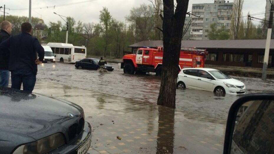 В Воронеже водитель заглохшей из-за потопа машины попросил помощи спасателей