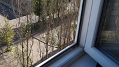 В Воронеже закрытая в квартире женщина вывалилась из окна, когда пыталась поднять бутылку на веревочке