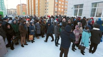 Воронежские семьи дождались начала приема заявлений в школе №102 после 2 суток на морозе