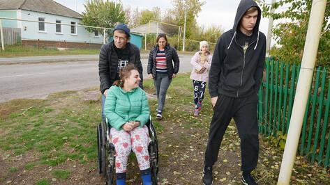 Приехали. Семья переселенцев в Воронежскую область с девушкой-колясочницей нуждается в помощи
