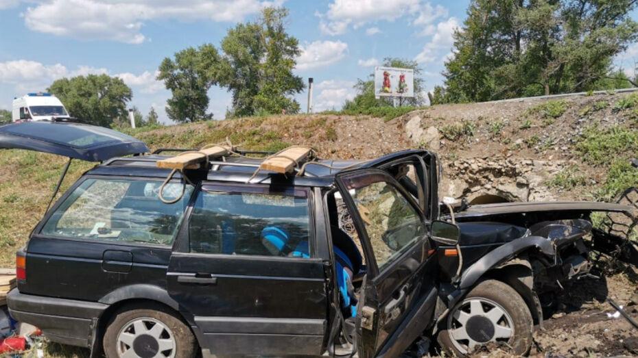 Два человека погибли в вылетевшем с дороги Volkswagen в Воронежской области