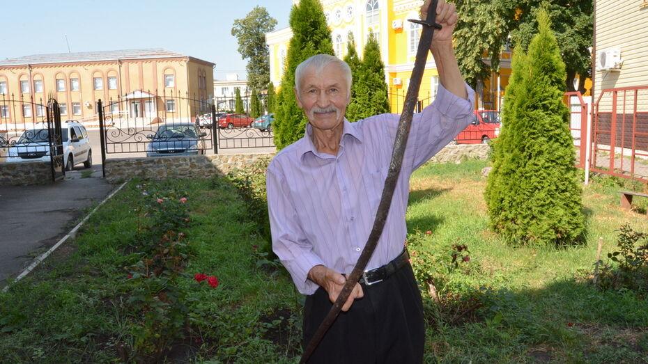 Богучарские поисковики нашли древние саблю и наконечники для стрел