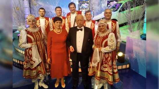 Павловчанка подарила Леониду Якубовичу символ Шипова леса