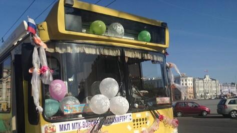 Воронежские молодожены отметили свадьбу в троллейбусе