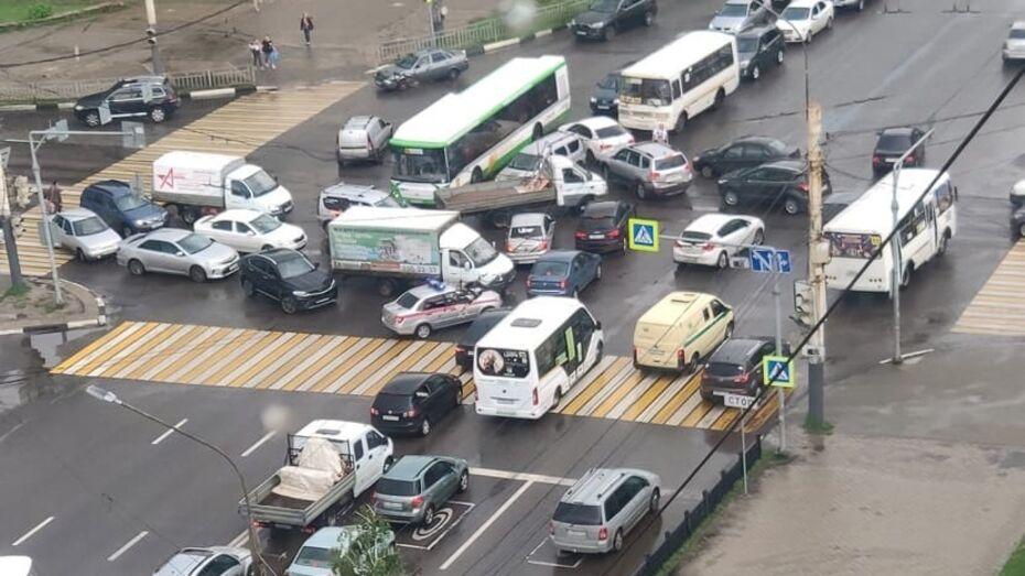 После аварийного отключения светофора перекресток в Воронеже превратился в «индийский»