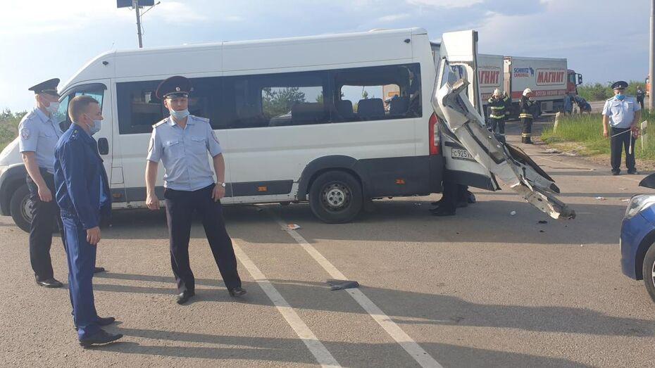 В салоне попавшего в ДТП под Воронежем микроавтобуса было 18 человек