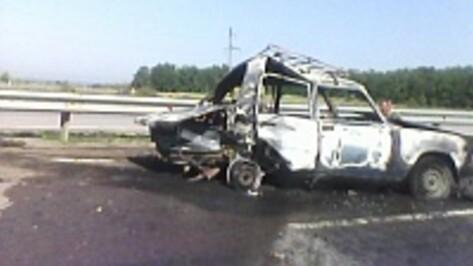 В Верхнемамонском районе на федеральной трассе М-4 в результате ДТП сгорел автомобиль
