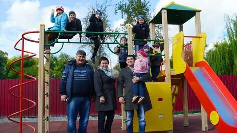 В Семилукском центре реабилитации оборудовали детскую площадку