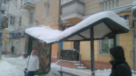 В Воронеже сломалась крыша остановки у ВГУ
