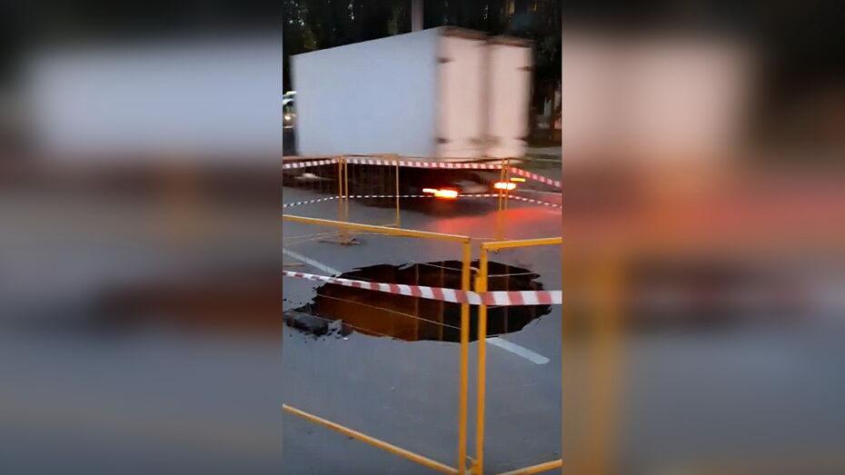 Провал асфальта над канализационным коллектором повлиял на работу транспорта в Воронеже