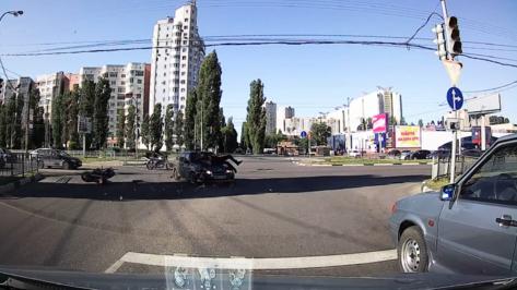 В Воронеже попросили откликнуться очевидцев попавшего на видео ДТП