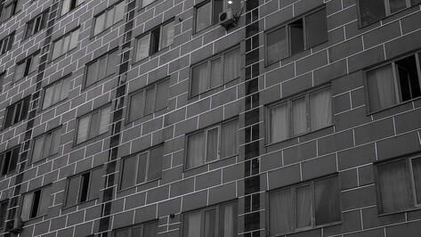 В Воронеже 24-летняя девушка погибла после падения из окна многоэтажки