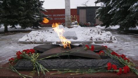 Острогожцы в День Неизвестного солдата возложили венки к Вечному огню