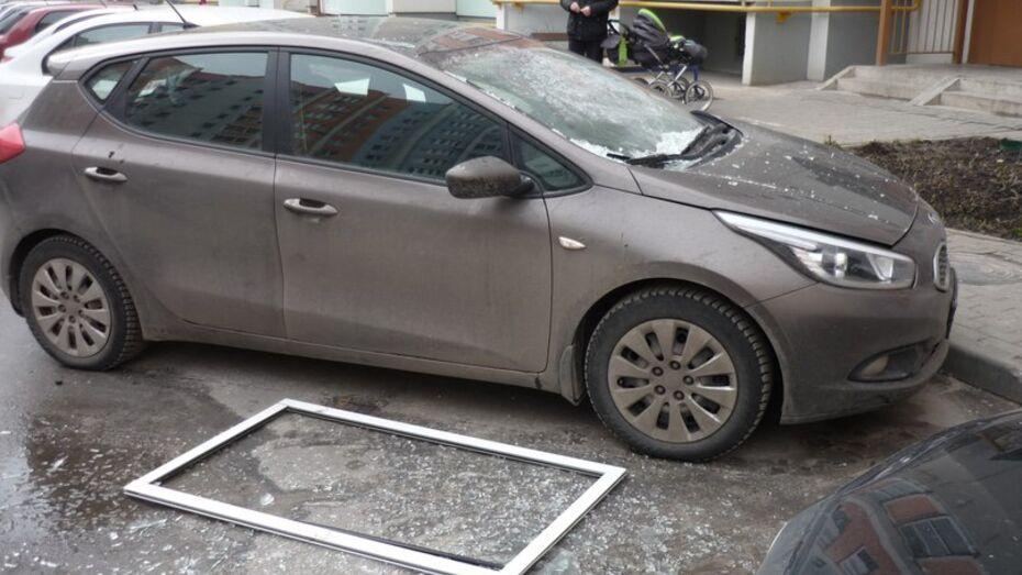 В Воронеже выпавшая оконная рама повредила припаркованный автомобиль