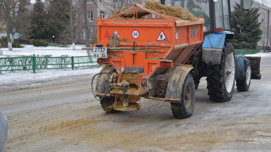 Подгоренские коммунальщики после неожиданного снегопада высыпали на дороги 35 т песка