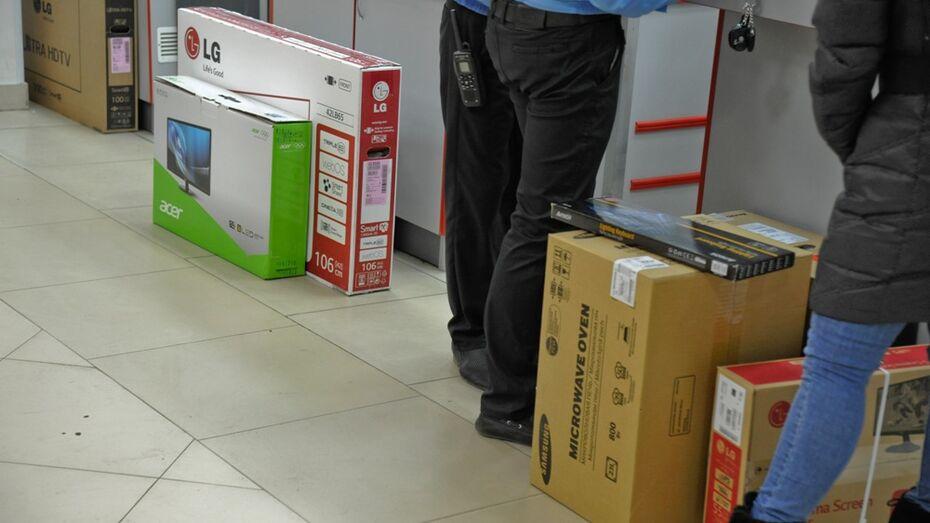 Охранник воронежского ТЦ воспользовался рассеянностью покупательницы
