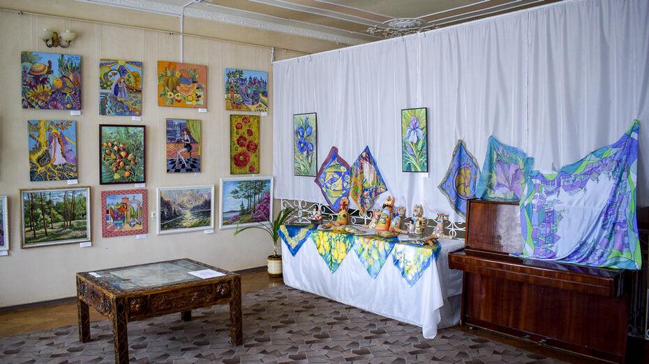 Лискинцев пригласили на выставку художницы Надежды Вороновой