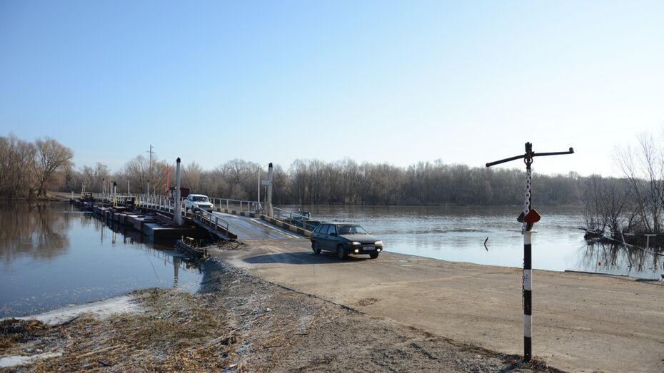 В Острогожском селе установили убранный на время паводка понтонный мост