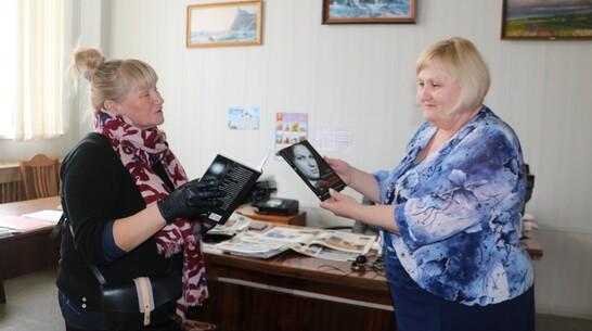 Панинским журналистам передали книги с личной подписью пленницы скопинского маньяка
