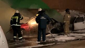 Очевидцы: перед возгоранием двух машин на улице Суворова неизвестный сломал камеру