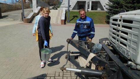 Чистая пятница. Как в Воронеже отмывали памятники после зимы