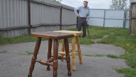 «Все болячки забываются». Слепой 92-летний мужчина мастерит табуретки под Воронежем