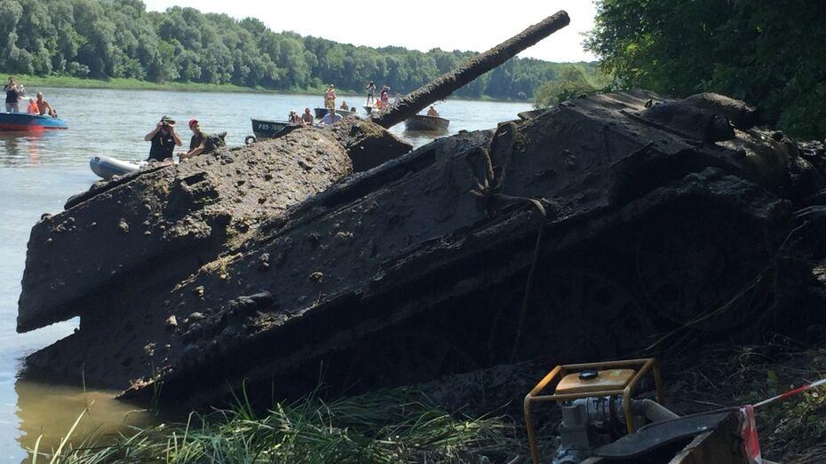 В Воронежской области подняли из Дона танк Т-34