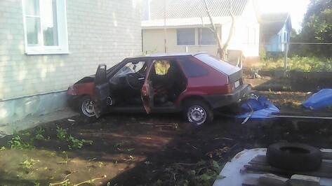 В Эртиле «ВАЗ-2109» врезался в жилой дом