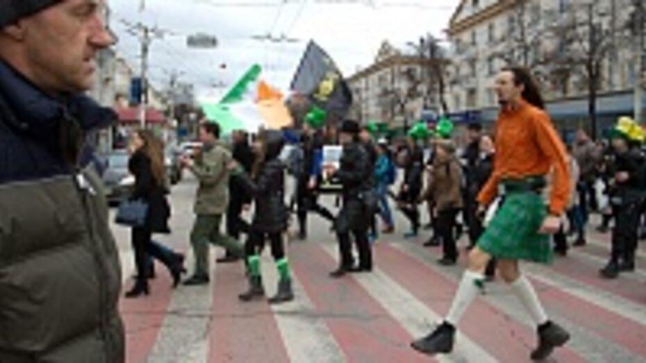 К параду на день Святого Патрика в Воронеже присоединились регбисты, любители ирландских танцев и охранники кинотеатра
