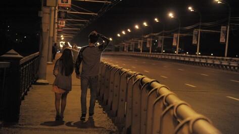 Неравнодушные воронежцы спасли стоявшую за ограждением Чернавского моста девушку