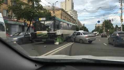Авария с автобусом и «ВАЗом» в центре Воронежа попала на видео