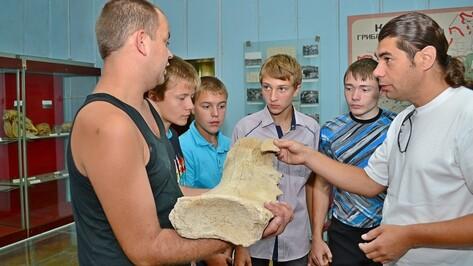 Грибановские школьники подарили местному музею кость мамонта