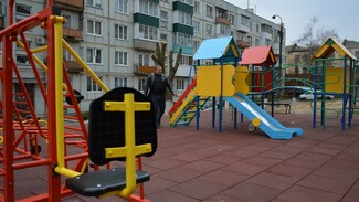В Острогожске активисты сделали на пустыре детскую площадку