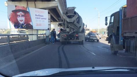 В Воронеже на Северном мосту бетономешалка врезалась в Opel