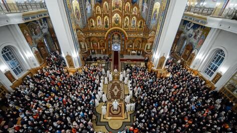 Сотни воронежцев встретили Пасху в Благовещенском соборе