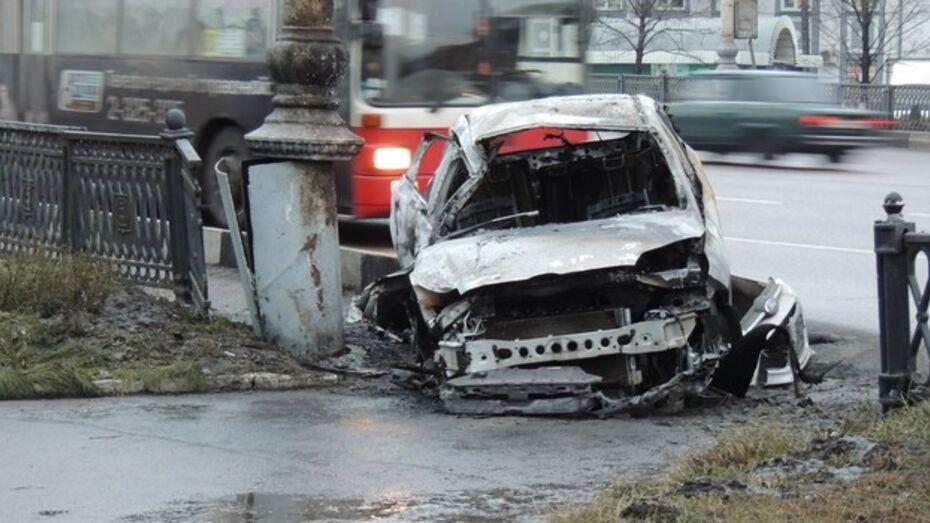 В Воронеже после ДТП сгорела иномарка, водитель скрылся с места происшествия